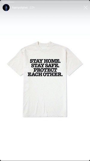 Фото №1 - So strange: Гарри Стайлс продает футболки с коронавирусом