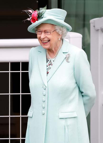Фото №3 - Бодра и весела: Елизавета II удивила всех появлением на скачках в Аскоте