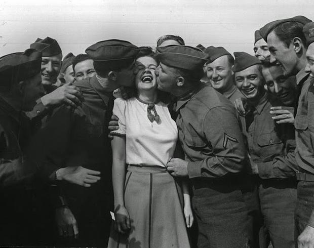 Фото №1 - Девушка, которая перецеловала 10 тысяч солдат, чтобы поднять их моральный дух