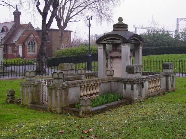 Фото №3 - Как гробница на лондонском кладбище изменила дизайн знаменитой телефонной будки