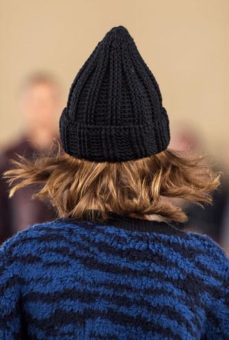 Фото №11 - Пушистые шляпы, ушанки и бейсболки без козырька: самые модные головные уборы сезона