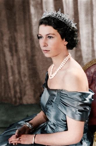 Фото №27 - Какую тиару Елизавета II одолжит Меган Маркл на свадьбу: делаем ставки