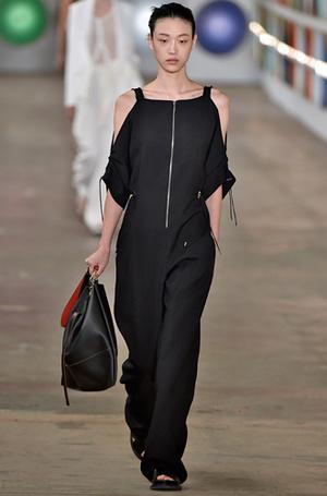 Фото №14 - Единое целое: как носить модные комбинезоны