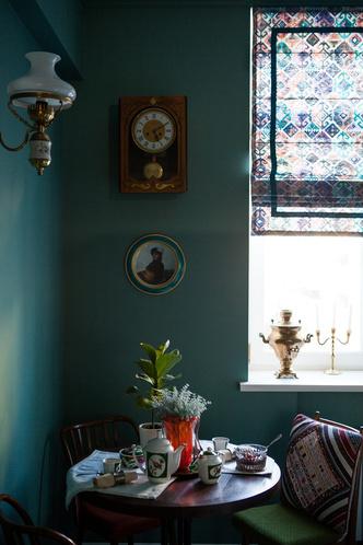 Фрагмент кухни. Часы с боем Орловского часового завода 50-х годов. Чешские стулья из гнутого бука, дизайн Antonín Šuman.