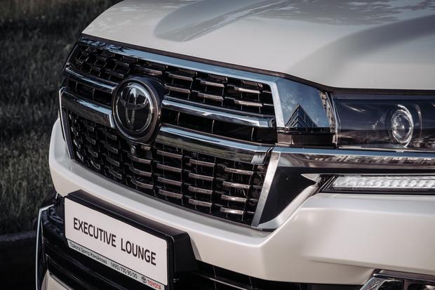 Фото №2 - Царь горы переоделся: в России начались продажи новой топ-версии Toyota Land Cruiser 200