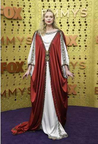 Фото №9 - «Эмми»-2019: лучшие наряды звезд на ковровой дорожке церемонии