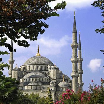 Голубая мечеть на берегу Мраморного моря в Стамбуле считается одним из величайших шедевров архитектуры.