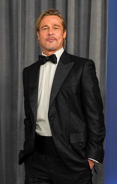 Фото №2 - Невероятно молодой и с хвостиком: Брэд Питт на «Оскаре-2021»