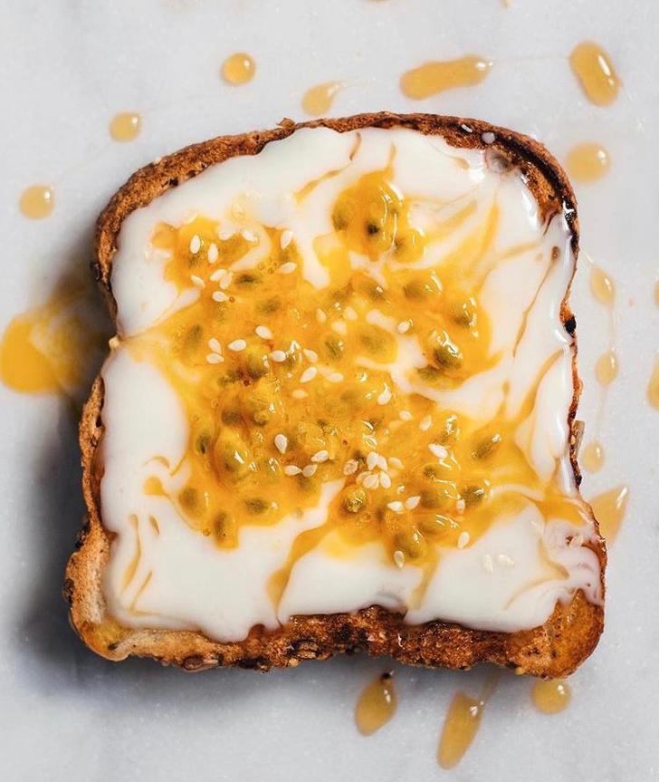 Фото №6 - Фуд-тренд: самые красивые тосты инстаграма— с арахисовой пастой и кленовым сиропом