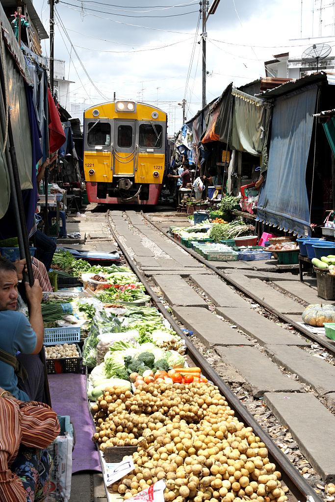 Фото №3 - Рынок в Таиланде, через который несколько раз в день проезжает поезд (фото и видео)