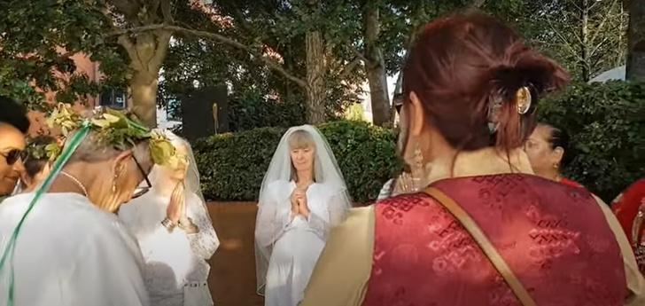 Фото №1 - Когда муж— бревно: в Англии девушки массово выходят замуж за деревья