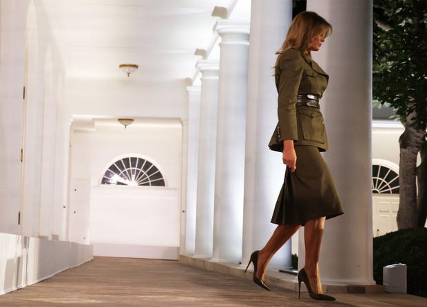 Фото №4 - Сдаемся без боя: ослепительная Мелания Трамп в костюме Alexander McQueen в стиле милитари