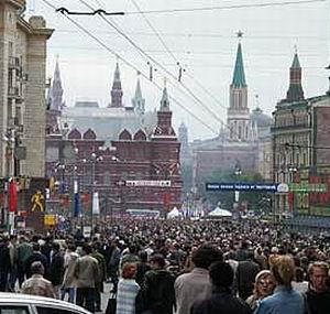 Фото №1 - С исторических зданий Москвы убирают рекламу