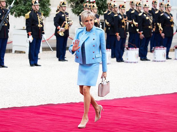 Фото №1 - Как Брижит Макрон сняла табу на мини-юбки и стала новой иконой стиля Франции