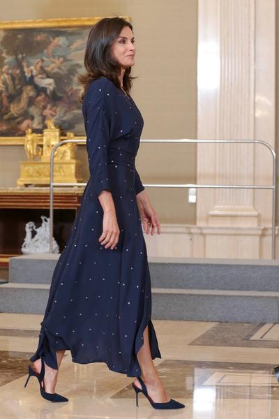 Фото №1 - Королева Испании показала идеальное платье-миди