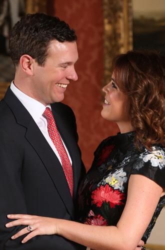 Фото №7 - 6 знаковых различий в помолвочных фото принцессы Евгении с Джеком и принца Гарри с Меган