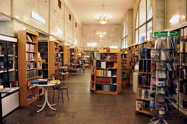 Фото №1 - Oh no! В Москве закрылся один из старейших книжных магазинов 😔