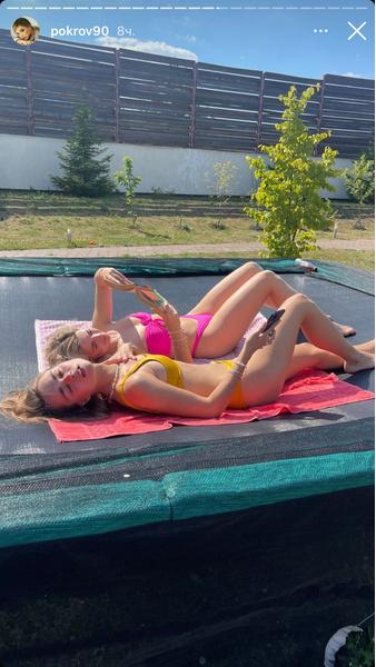 Фото №2 - Пляжный лук для подружек: Маха Горячева и Аня Покров позируют в ярких купальниках