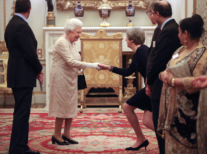 Фото №1 - Елизавета II постепенно отходит от дел, но не теряет чувства юмора