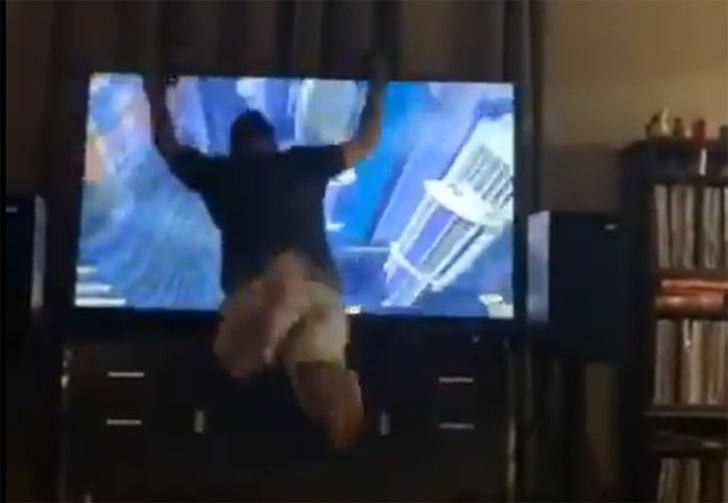 Фото №1 - Американец слишком увлекся VR-игрой и устроил «прыжок веры» прямо в телевизор (видео)