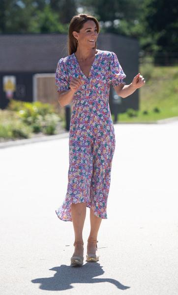 Фото №1 - Герцогиня грязи не боится: Кейт Миддлтон в красивом платье посадила деревья