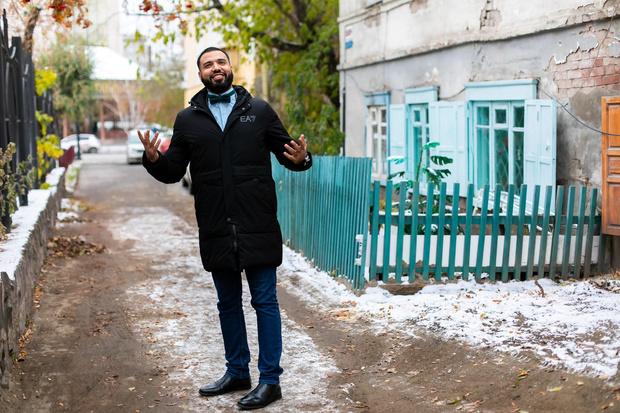Али думал, что в Красноярске на каждом углу человека поджидают бандиты, но ни одного из них еще не видел. Поэтому спокойно ходит по подворотням даже вечером