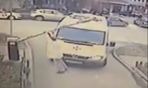 Фото №1 - Врач новосибирской «Скорой» сломал шлагбаум, торопясь к пациенту