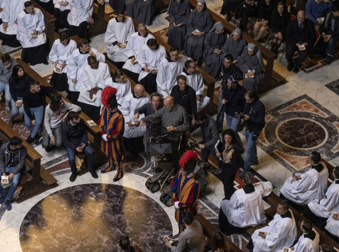 Фото №5 - Сутаны в кристаллах Swarovski и ателье «оскароносных» шляп: стиль в сериале «Новый папа»