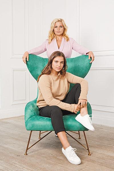 На Ирине: платье Self Made. На Татьяне: свитер Brusnika, обувь Zara