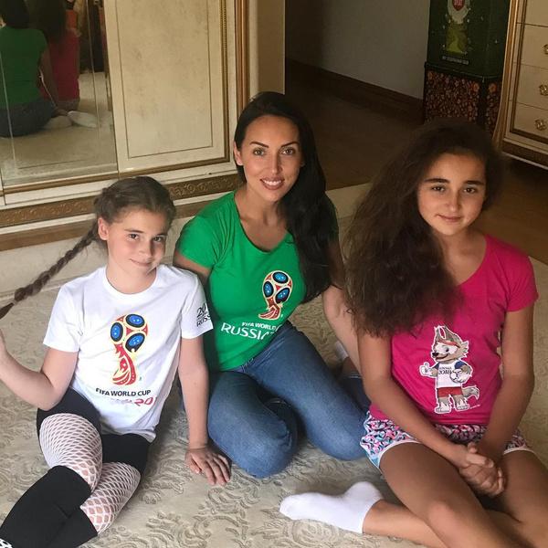 Алсу с двумя старшими дочерьми