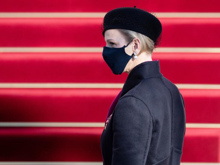 Фото №6 - «Траурный» берет и странное пальто: княгиня Шарлен снова не угадала с образом