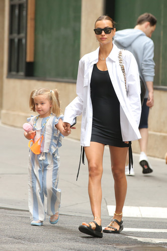 Фото №2 - Самый модный ребенок Нью-Йорка: как одевается дочь Ирины Шейк и Брэдли Купера