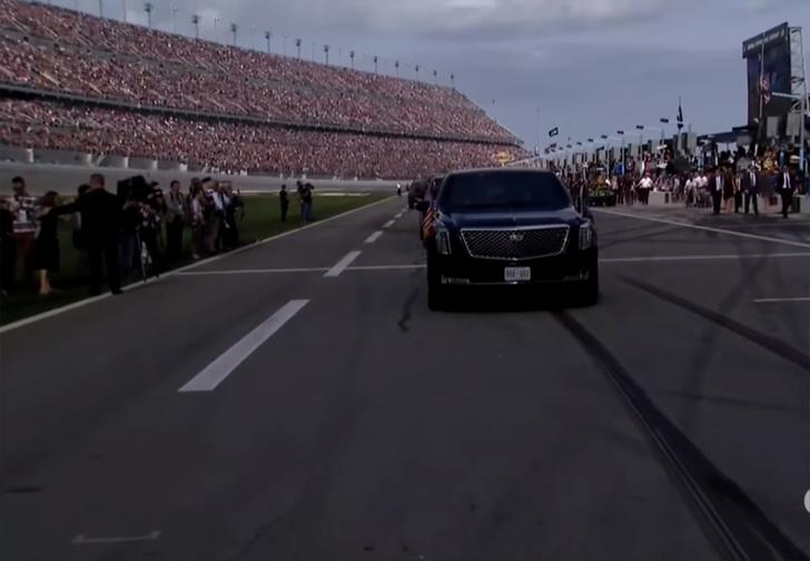 Фото №1 - Дональд Трамп на лимузине открыл гонки Nascar и устроил шоу на президентском самолете (видео)