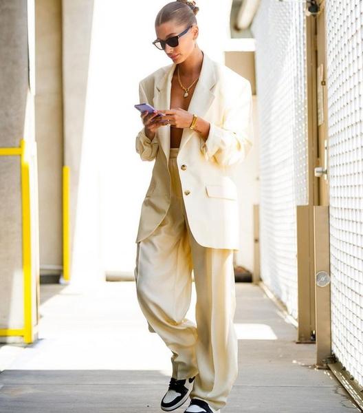 Фото №2 - Джастин Бибер без ума: Хейли Бибер в белом костюме на голое тело
