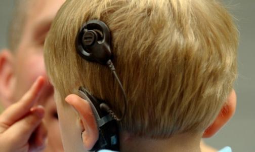 Фото №1 - Российские дети хуже американских? В РФ разрешается возвращать глухим слух опасными устройствами