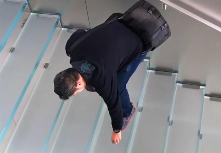 Фото №1 - Пранкер из Сан-Франциско раскладывает по всему городу фейковые AirPods, которые невозможно поднять (видео)
