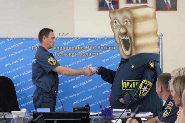 Фото №1 - Лучшие шутки про пряник-спасатель— маскот МЧС