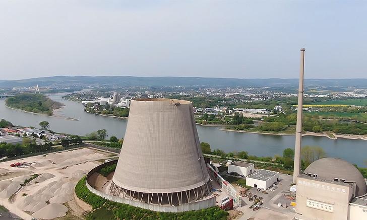 Фото №1 - Экскаватор «поедает» гигантскую трубу атомной электростанции (видео)