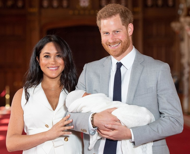 Фото №1 - Меган Маркл и принца Гарри ограничили в родительских правах