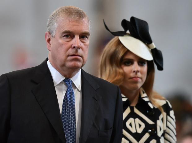 Фото №2 - Почему принцесса Беатрис может лишиться своего титула (и при чем здесь принц Луи)