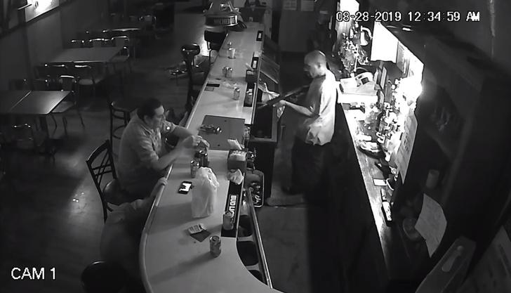 Фото №1 - Мужчина спокойно закурил под прицелом винтовки во время ограбления в баре (видео)