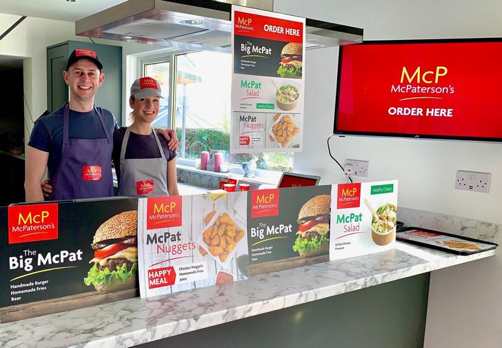 Фото №1 - Семья построила дома аналог «Макдоналдса», чтобы занять детей на карантине (фото и видео)