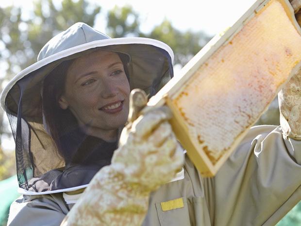 Фото №3 - «От женщин пчелам»: Guerlain запускает программу, которая расширит права женщин