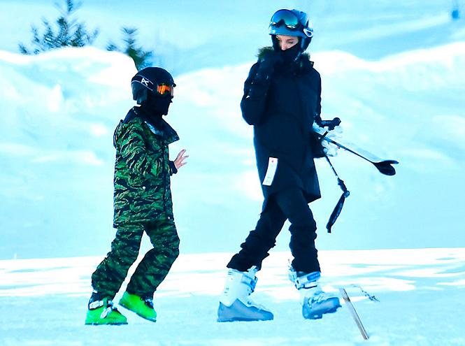 Фото №1 - Лыжню: Анджелина Джоли проводит выходные на горнолыжном курорте