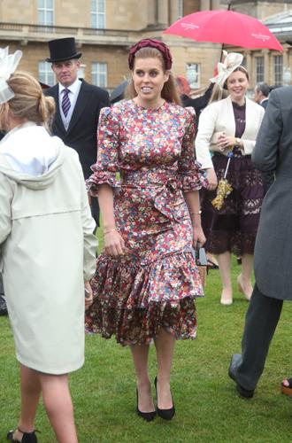 Фото №7 - 10 платьев на лето, как у Беатрис и Евгении на садовой вечеринке Королевы
