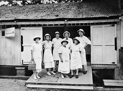 Фото №2 - Миссионер среди туземцев: медицина важнее проповеди