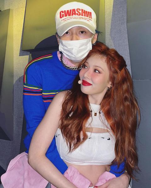 Фото №1 - Звездная парочка Хёна и Дон сыграли в пародии на сериал «Друзья» 🤩
