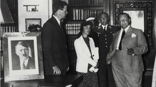 Линдберг с женой, Герингом и фотографией какого-то усатого гражданина