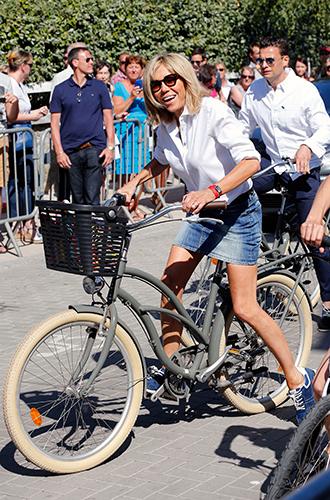 Фото №11 - Как Брижит Макрон сняла табу на мини-юбки и стала новой иконой стиля Франции