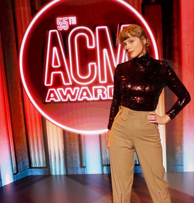 Фото №1 - Водолазка как новый вечерний дресс-код: Тейлор Свифт на вручении премии Академии кантри-музыки